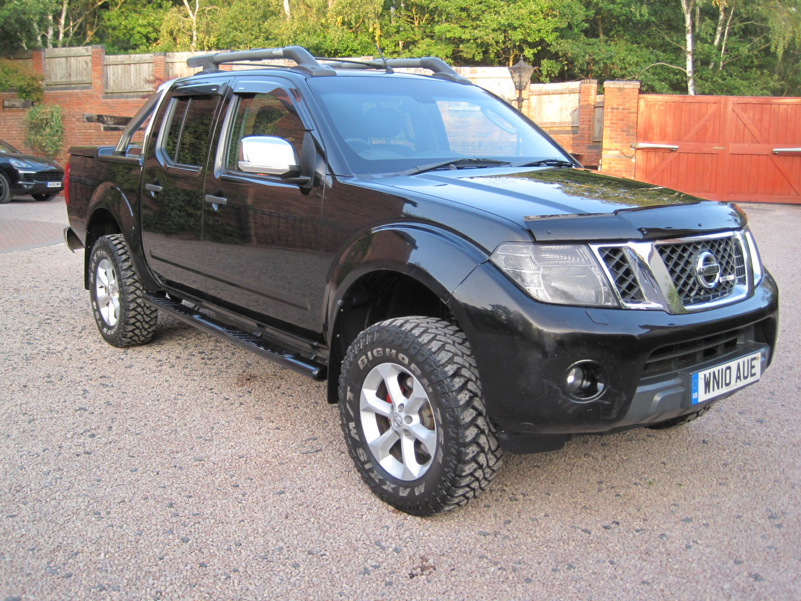 2010 10 Nissan Navara 2.5 dCi Tekna Premium Connect Double Cab Pickup  STUNNING LOOKING TRUCK! NO VAT!